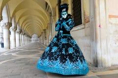 Zamaskowana kobieta w czarnym & Błękitnym kostiumu Fotografia Stock