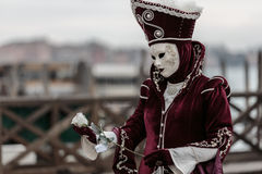 Zamaskowana osoba przy Wenecja karnawałem Obrazy Royalty Free