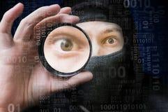 Zamaskowany anonimowy hacker skanuje binarnego kod obraz stock