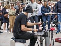 Zamaskowany anonimowy percussionist wykonuje w Duomo kwadracie Mediolan obraz royalty free