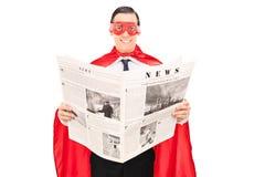 Zamaskowany bohater czyta wiadomość fotografia royalty free