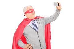 Zamaskowany dorośleć mężczyzna bierze selfie fotografia stock