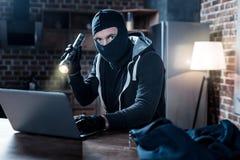 Zamaskowany hacker robi cyber atakowi przy nocą Zdjęcia Royalty Free