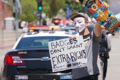 Zamaskowany mężczyzna mienia plakat Zdjęcie Royalty Free
