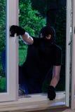 Zamaskowany mężczyzna wchodzić do dom fotografia royalty free
