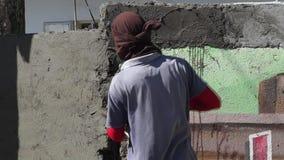 Zamaskowany męski budowa kamieniarza gipsowania cement na ścianie zbiory wideo