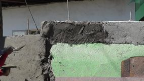 Zamaskowany męski budowa kamieniarza rzutów cement na ścianie zbiory wideo