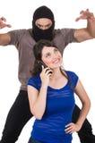 Zamaskowany męski złodziej obrabowywa pięknej młodej dziewczyny Fotografia Stock
