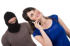 Zamaskowany męski złodziej obrabowywa pięknej młodej dziewczyny Zdjęcia Stock