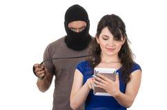 Zamaskowany męski złodziej obrabowywa pięknej młodej dziewczyny Zdjęcie Royalty Free