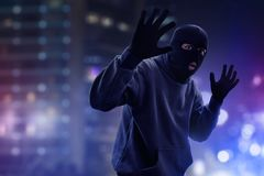 Zamaskowany złodziej łapiący policją obrazy royalty free