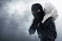 Zamaskowany złodziej kraść na dymnym tle zdjęcie stock