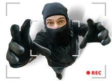 Zamaskowany złodziej lub rabuś nagrywamy z ochrona chującą kamerą Obraz Royalty Free
