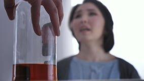 Zamazana Azjatycka młoda dziewczyna przysięga, butelka alkohol, konflikt w rodzinie, przemoc 50 fps zbiory