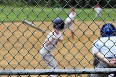 Zamazana baseball gra Przez Backstop Fotografia Royalty Free