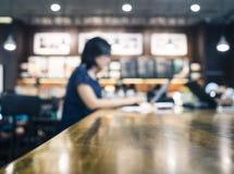 Zamazana kobieta pracuje z laptopem na stole w kawiarni zdjęcia stock