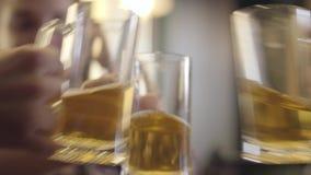 Zamazana postać kobieta siedzi przy z pigtails zakazuje kontuar z szkłem piwo Dziewczyny clinking prawie pusty zbiory
