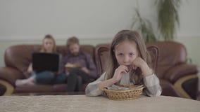 Zamazana postać pracuje z laptopem i mężczyzną czyta książkę na tle młoda kobieta Mały osamotniony dziewczyny łasowanie zdjęcie wideo