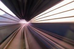 Zamazana ruch podróż w MTR pociągu zdjęcie stock