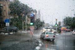 Zamazana uliczna scena przez samochodowych okno z deszcz kroplą Obraz Royalty Free