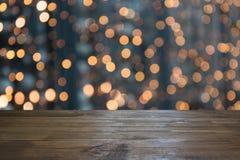 Zamazana złocista girlanda i drewniany tabletop jako przedpole Wizerunek dla pokazu lub montażu twój boże narodzenie produkty zdjęcia stock