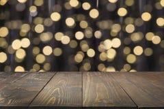 Zamazana złocista girlanda i drewniany tabletop jako przedpole Wizerunek dla pokazu lub montażu twój boże narodzenie produkty zdjęcie stock
