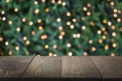 Zamazana złocista girlanda i drewniany tabletop jako przedpole Wizerunek dla pokazu lub montażu twój boże narodzenie produkty obraz stock