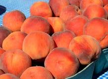 Zamazane brzoskwinie przy rolnika rynkiem Obraz Royalty Free
