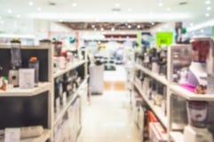 Zamazane elektronika wydziałowe w centrum handlowym obrazy royalty free
