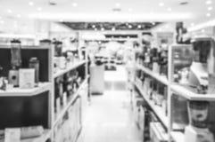 Zamazane elektronika wydziałowe w centrum handlowym zdjęcia royalty free