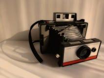 Zamazanego rocznika bellow stary typ natychmiastowa kamera w antykwarskim brzmienie stylu fotografia royalty free