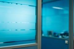 Zamazani biurowi korytarzy drzwi rozdziały bez ostrości obraz royalty free
