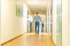 Zamazani biurowi korytarzy ludzie ruszają się bez ostrości fotografia stock