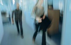 Zamazani biurowi korytarzy ludzie ruszają się bez ostrości obraz stock