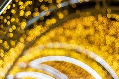 Zamazani - bokeh Dekoracyjny plenerowy sznurek zaświeca obwieszenie na drzewie w ogródzie przy nighttime - dekoracyjni bożonarodz obraz royalty free
