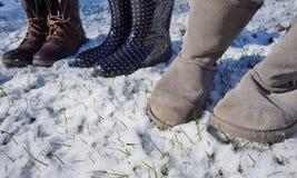 Zamazani buty, bojowi buty i podeszczowi buty w zima śniegu, Fotografia Stock
