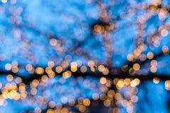 Zamazani choinek światła z niebieskim niebem zdjęcia stock