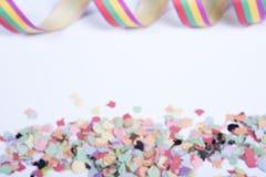 Zamazani confetti i streamers na białym tle Obraz Royalty Free