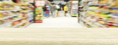 Zamazani drewniani stoły i supermarkety, panoramiczny sztandar z cu zdjęcia royalty free