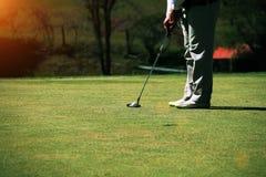 Zamazani golfiści stawiają golfa w wieczór polu golfowym w T zdjęcia stock