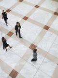 Zamazani ludzie biznesu Chodzi Na Kafelkowej podłoga Fotografia Royalty Free