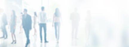 Zamazani ludzie biznesu w biurowym wnętrzu z przestrzenią dla tła lub sztandaru projekta Fotografia Stock