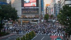 Zamazani niezidentyfikowani pedestrians chodzi przy Shibuya skrzyżowaniem w Tokio, Japonia fotografia stock