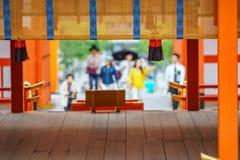 Zamazani wierzący ono modli się w japońskiej świątyni obrazy stock