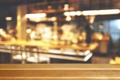 Zamazany bokeh odpierający kawowy bar obraz stock