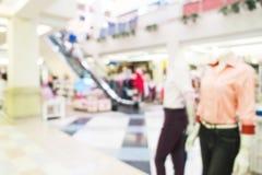Zamazany, de ostrości zakupy centrum handlowe, kobieta odzieżowy sklep Zdjęcia Royalty Free
