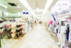 Zamazany, de ostrości zakupy centrum handlowe, kobieta odzieżowy sklep i bielizna, robimy zakupy Obrazy Stock