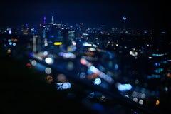Zamazany dramatyczny noc widok miasto z abstraktem światła i piękny bokeh DOWODZENI, neonowi, Zdjęcia Royalty Free