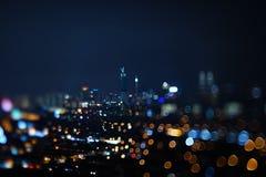 Zamazany dramatyczny noc widok miasto z abstraktem światła i piękny bokeh DOWODZENI, neonowi, Fotografia Stock