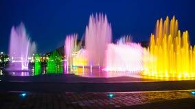 Zamazany fontanny przedstawienie z oświetleniem przy Dadaepo w Busan, zdjęcie stock